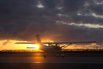 Sportflugzeug bei Sonnenuntergang