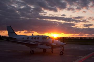Geschäftsflugzeug bei Sonnenuntergang