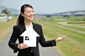 住宅を販売する女性ビジネスマン
