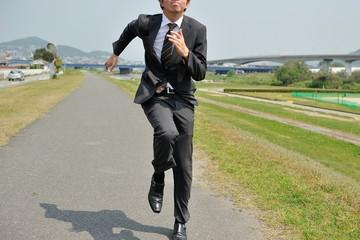 走る男性サラリーマン