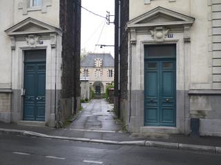 maison entre les immeubles