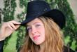 Ragazza bionda con cappello Cowboy