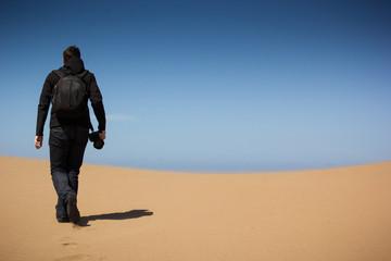 junger Mann wandert auf Sanddüne