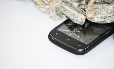 telefon komórkowy z rozbitym ekranem
