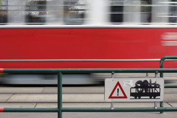 Vorbeirauschende Straßenbahn