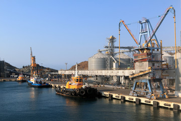 Mooring of cargo port