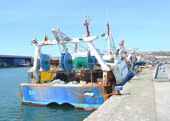 Vieux chalutier à quai dans le port de Boulogne sur Mer