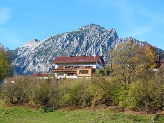 Haus vor den Bergen