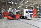 beladen von LKW in Logistikhalle // shipping