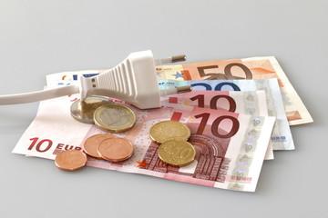 stromsparen, stecker auf bargeld, banknoten, münzen