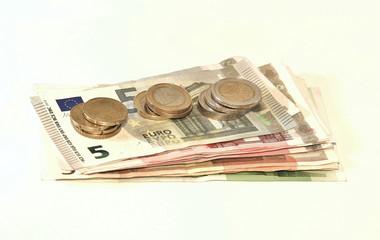 bargeld, geldbündel am tisch