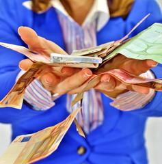 geld zerrinnt zwischen den fingern, geld fällt aus zwei händen