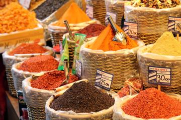 Marché aux épices coloré