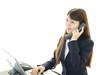 電話応対をする女性