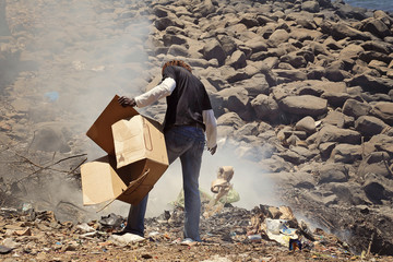 Sénégal : île de Gorée (homme brûlant déchets sur la plage)