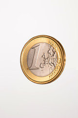 Moneda de euro en fondo blanco.