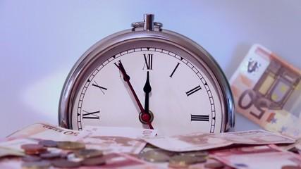 Zeit ist Geld: Geldscheine fallen, im Hintergrund eine Uhr