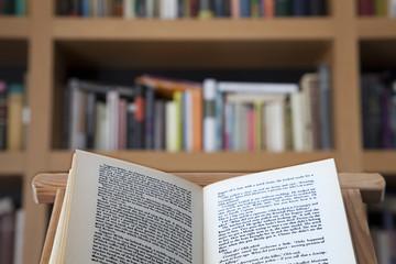 Libro abierto sobre atril