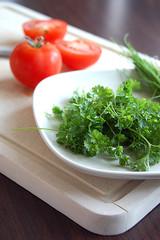 Kräuter und Tomaten
