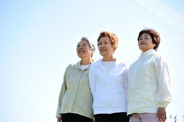 空を見上げる高齢者3人組