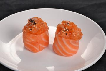 Sushi roll de salmón en un plato,comida japonesa.
