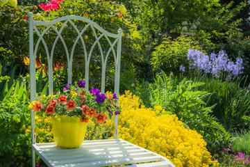 Eleganter Stuhl mit Blume im Garten