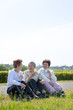 座って休憩する3人の女性シニア