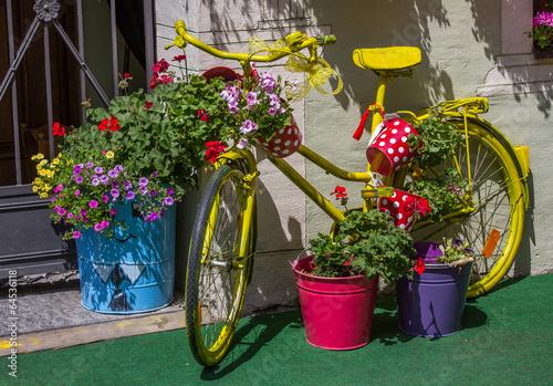 Bepflanztes fahrrad vor hauseingang stockfotos und for Gartengestaltung vintage
