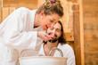 Paar genießt im Wellness Spa romantischen Ausflug