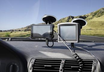 Navi und Smartphone in einem Auto