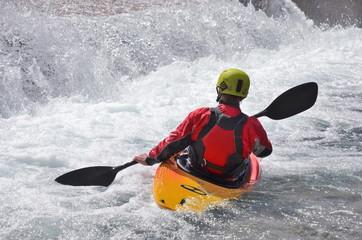 Kajakfahrer im Wildwasser