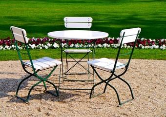 Tisch mit drei Stühlen im Park