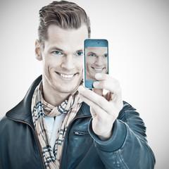 Lächelnder junger Mann macht sein Selfie