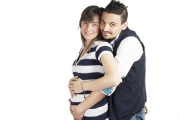 giovane uomo e giovane donna incinta su sfondo bianco