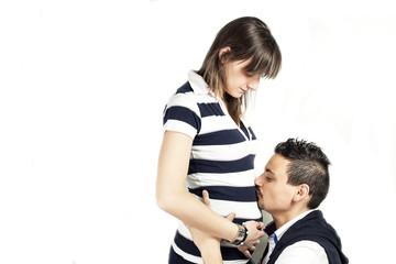 giovane padre bacia pancia di donna incinta