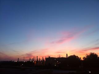 Raffineria all'alba