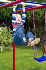 Kleinkind macht Klimmzüge; Toddler makes pull-ups