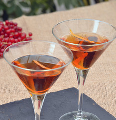 Cocteles con concha de naranja y frutas,bebida alcoholica.