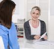 Zwei Frauen sitzend in einem Vorstellungsgespräch