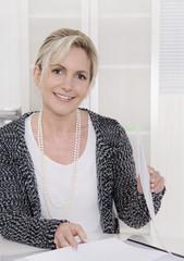 Chefin: erfolgreiche ältere Geschäftsfrau