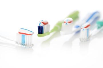 Zahnbürsten mit Zahnpasta rot weiss blau
