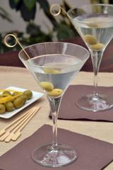 Coctel martini con aceitunas.Bebida alcohólica.