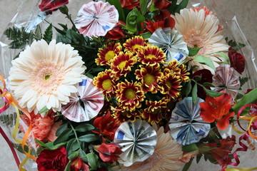 Geldgeschenk in Blumen gebunden