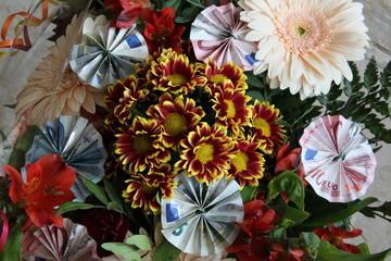Geldscheine im Blumenstrauss