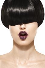 Fringe Peinado. Muchacha de la belleza con el pelo corto