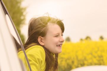 Hübsches kleines Mädchen genießt die Natur