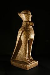 alt ägyptische gottheit horus, stein, hintergrund schwarz