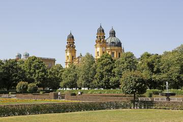 Hofgarten mit Blick auf Theatiner- und Türme der Frauenkirche