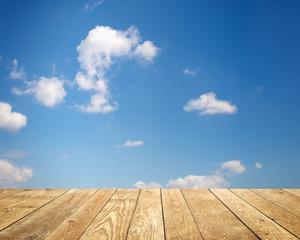 Hintergrund mit Wolken und Holz