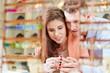 Paar kauft Schmuck im Schmuckladen